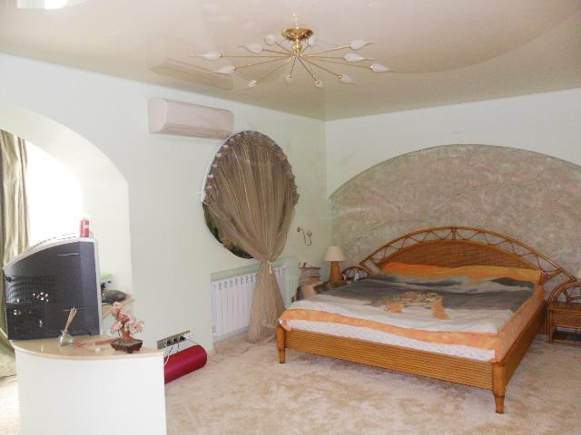 Продается 4-комнатная квартира на ул. Днепропетр. Дор. — 150 000 у.е.