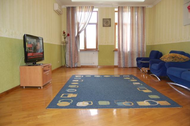 Сдается 2-комнатная квартира на ул. Азарова Вице Адм. — 700 у.е./мес.